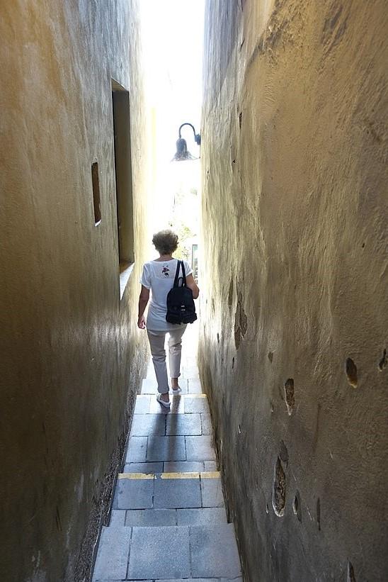 600px-Prague's_narrowest_street_(38088241701)