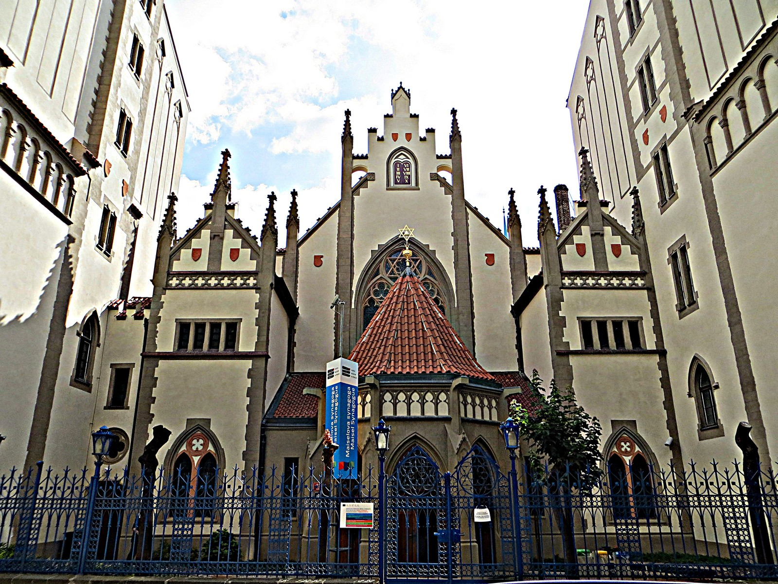 Maisel_Synagogue_-_panoramio