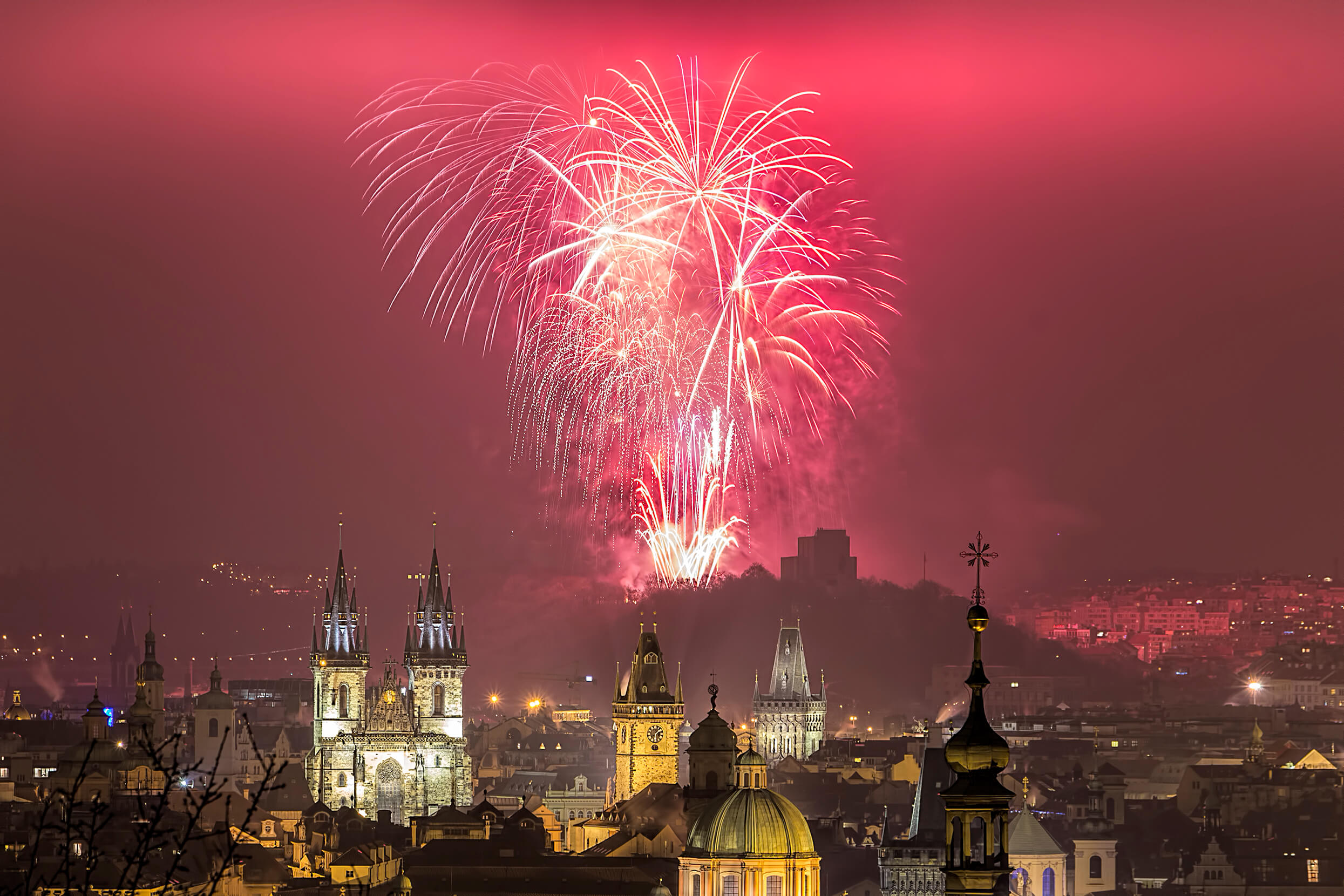 Prague_New_Year_2016_fireworks._Happy_New_Year!_(23741249829).jpg