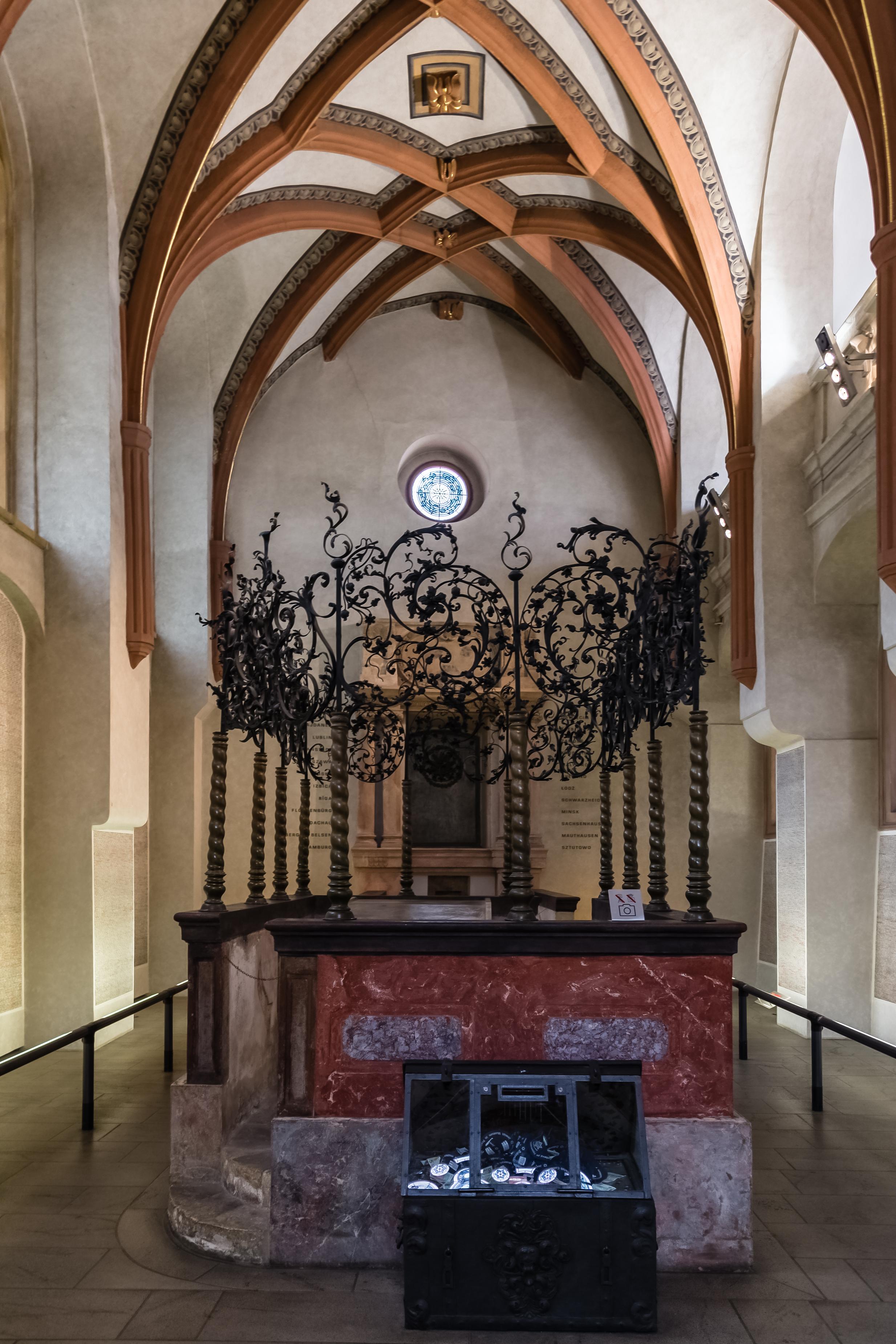 Praha Pinkas Synagogue Interior 01